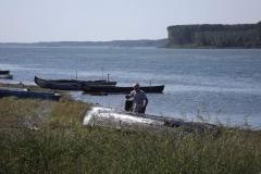 рибар слага туткал на лодка